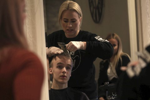 He's got the look: Lukas stiller i sølvgrå skjorte og briller. Frisør Marit Thomassen sørger får grått hår.