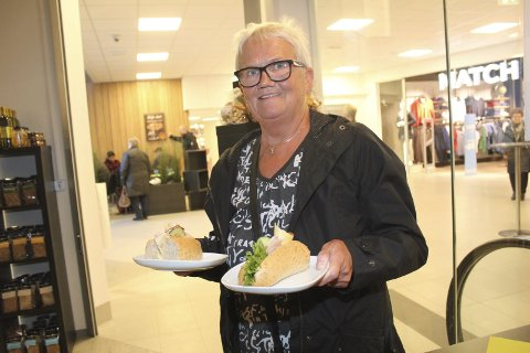 Praktisk: Ann-Karin Henriksen gleder seg over tilgang til et bakeri kun to minutter fra sitt hjemsted. Foto: Jon Steinar Linga