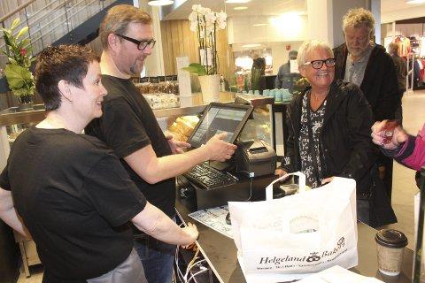 Glede: Daglig leder Lise Christiansen og innehaver Bjarne Mosås solgte torsdag pose etter pose med brød, boller, kaker og bagetter i kjøpesenteret Amfi Skansen i Sandnessjøen. Foto: Jon Steinar Linga