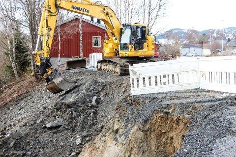 Teknisk drift fyller i en skråning i Movegen på Olderskog etter at det har begynt å skli ut.