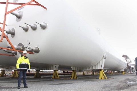 DIMENSJON: Havnesjef Odd Luktvasslimo står her ved de tre gasstankene som snart skal monteres på gassanlegget til Gasnor, på Alcoas område. Foto: Jon Steinar Linga
