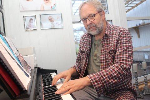 Produktiv: Stein Ivar Mortensen skriver og arrangerer musikk i Waldemarhuset hjemme på Glein i Dønna.