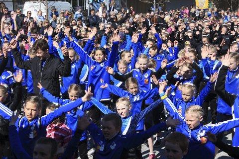 Fellesdans: Barnekretsturnstevnet åpnet med «flash mob» på torget lørdag. Foto: Stine Skipnes
