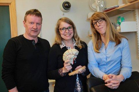Med hjernen: Områdesjef Børge Nordås, faglig ansvarlig Venke Arntsberg Grane, og avdelingsleder Arnfrid Farbu Pinto.