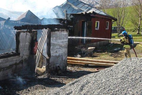 Slukker av brannen på Sundøya.