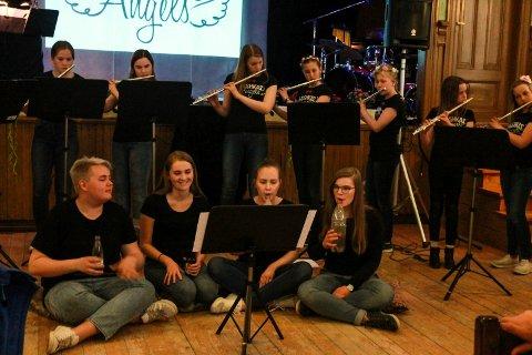 Under siste nummer av fløytekonserten på  ungdomslokalet ble det benyttet flere instrumenter.