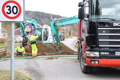 Johnny Larsen AS Maskinentreprenør jobber med å fjerne strømstolper og legge ledninger under jorda i Finnbrautveien