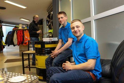 Morten Albertsen Stormo og Torben Dagsvik (bak) bidrar med nytt liv i Norlandssenteret. Torsdag åpnet de ny butikk i senteret.