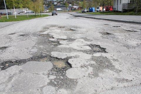 PÅ TIDE: Asfalten i gata Leira på Halsøy har opplevd bedre tider.