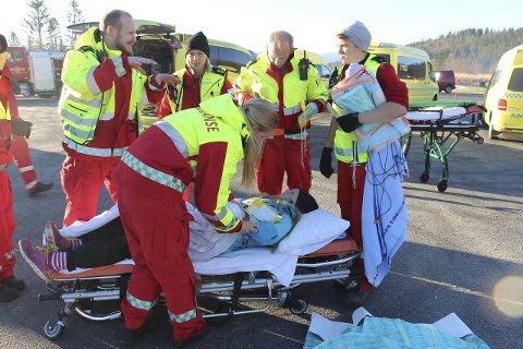 Torsdag stenges Fv 78 på grunn av en stor ulykkesøvelse. Nødetatene øver jevnlig på dette, og bildet er fra øvelsen i Leirfjord i 2015.