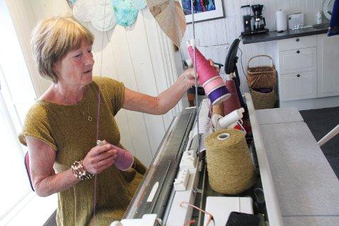 MASKIN: Her sitter Elin Gyth Bamberg og jobber med butikkene sine; ved strikkemaskinen.