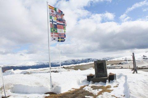 MINNETAVLE: Fra minnetavla som står på toppen av Korgfjellet.
