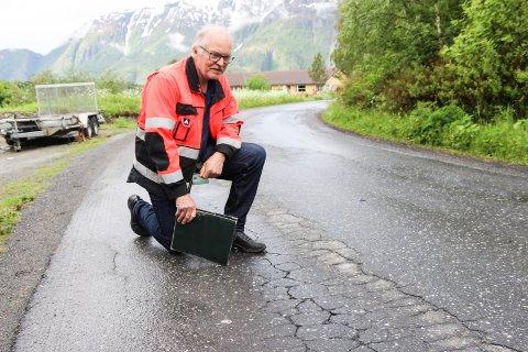Ny skolevei i Kulstad. Terje Ravatn fra teknisk drift i Vefsn kommune
