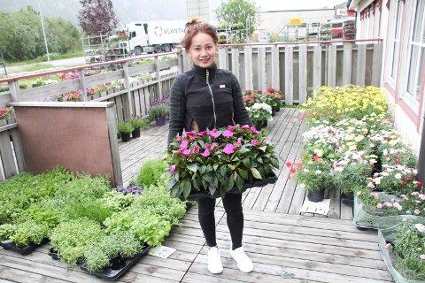BLOMSTER: Benchawan Buathin fra Steinkjer selger blomster og poteter ved og på verandaen på den såkalte shellkroa på Halsøy i Mosjøen.