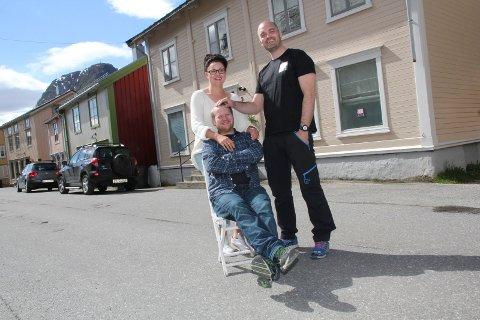 I VINDEN: Kundekonsulentene Tina Rønning og Lars Martin Kaggerud, og daglig leder Øyvind Jetne (t.h.) ved Jobzone Helgelands kontorer i Sjøgata 3 i Mosjøen.