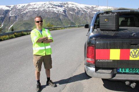 RADAR: Kofferten på bilen til Christer Amundsen inneholder normalt en radar. Den er nå montert ved en av de to hovedveiene i Kulstadlia; Grågåsveien og Kulstadliveien. Begge veiene er forkjørsveier. Amundsen står her i Grågåsveien, nær krysset til Kulstadliveien.