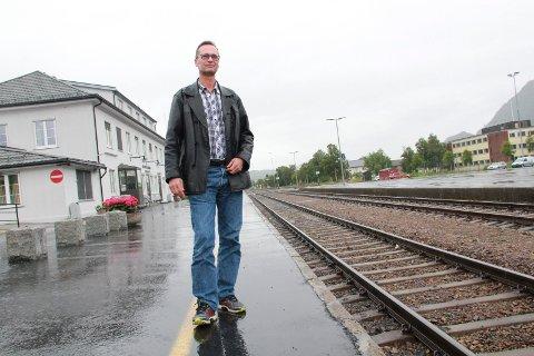 TRAILERKUTT: Snorre Lund i MON jobber tett på et prosjekt som har som mål å øke antall godstog til og fra Nordland og å redusere antall trailere på veiene. Her står Lund på Mosjøen stasjon.