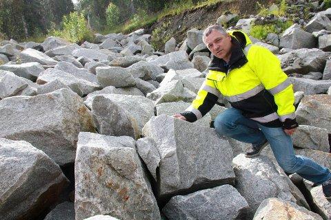 GRANITT: Jan-Erik Nilsskog i KNAS viser fram granitt som ligger i ei fylling ved fylkesvei 78 i Drevjadalen, like ved området som skal reguleres for formålet granittbrudd.