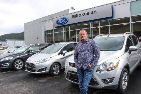 GÅR GODT: Sverre Storvik i Bilfokus AS selger biler så det griner.