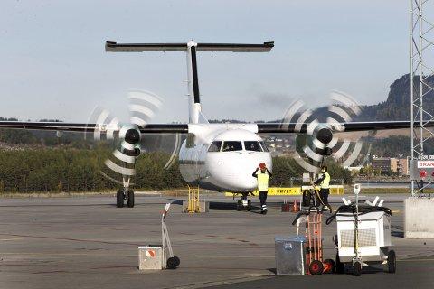 Værnes: Widerøefly som blir dirrigert til plass på  Værnes lufthavn.
