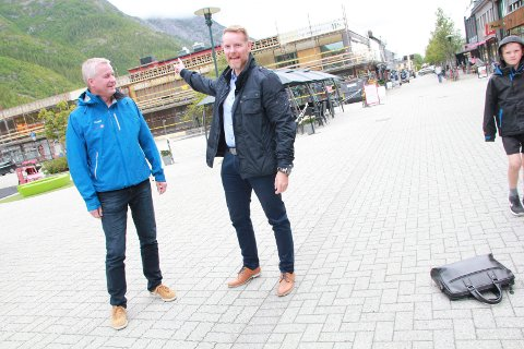 FESTIVAL? Direktør i personmarkedet Dag Hugo Heimstad (t.h.)  i Helgeland Sparebank og banksjef Atle Edvardsen i Sparebank 1 Nord - Norge i Mosjøen.