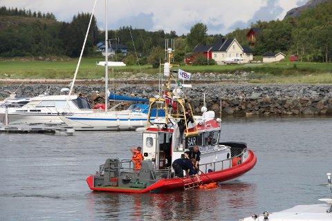 "BERGET: Redningsskøyta ""Uni Helgeland"" slepte den 48 fot lange båten til Sandnessjøen"