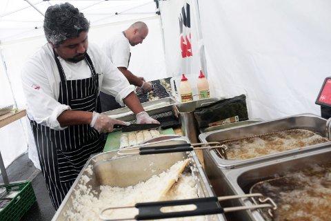 Sjømat: Patricio Fugueroa mekker sushi til helga. Lovundkokken har beregnet 1.000 porsjoner.