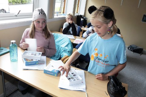 Ferieforskere: Forskerfabrikken arrangerer Sommerskole for dem som skal begynne i 5.–7. trinn. Maia Herring og Enea Bjørnå-Hårvik forsket på Newtonromet i Mosjøen. Denne uka er det kurs i Mosjøen og i Brønnøysund og begge er fulltegnet. Foto: Stine Skipnes