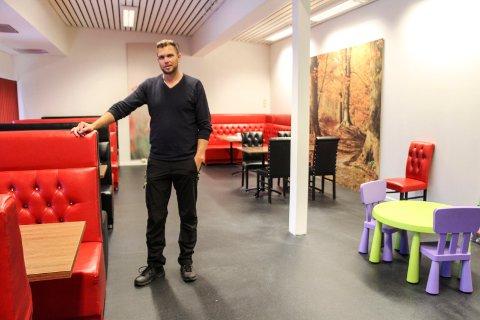 Ronny Aakervik har pusset opp den gamle Danielsenkiosken på Olderskog. Nå håper han noen vil drive kafe i bygget.