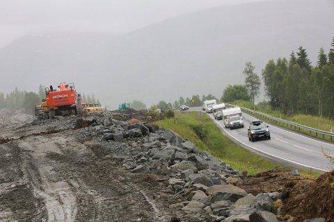 VEIARBEID: Det er stor aktivitet på veiprosjektet E6 Helgeland sør. Nå kan du få SMS-varsel før all sprengningsarbeid.