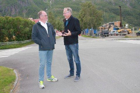 SENTRUM: Lokal prosjektleder Ståle Reinåmo (t.v.) og rektor Kurt Henriksen konstaterer at sentrumsalternativet nå er så godt som dødt. De to ønsker at Skjervengan får være med videre si prosessen.