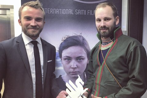 Vant pris: Co-produsent Jim S. Hansen fra Mosjøen (venstre) og samisk co-produsent Oskar Södergren hadde grunn til å være fornlyde etter at Sameblod vant Dragon award for beste nordiske film under Gøteborg filmfestival . Foto: Privat