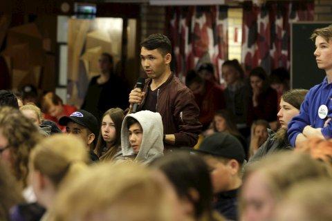 Integrering: Imran Dawlatzai var en av dem som tok ordet da Mosjøen videregående skole studiested Sentrum hadde ungdomspartiene på besøk fredag. Han er opptatt av språkopplæring for nye landsmenn. Foto: stine Skipnes