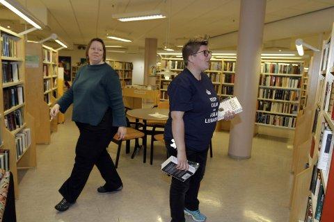 Bibliotekarene: – Lån en bibliotekar! oppfordrer Arnhild Fiskvik og Ingunn Aasland. De stiller seg til disposisjon 1. september. Da er det Nasjonal Bibliotekdag. Foto: Stine Skipnes