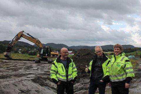 Odd Reidar Sagmo, Rolf Jøran Forsmo og Christoffer Elsfjordstrøm er glad for at arbeidet med ny fjøs i Marka er i gang.