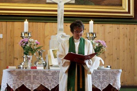 Kari Sjursen blir ordinert som ny sokneprest i Indre helgeland med særskilt tjenestested Dolstad