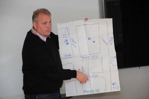 SKISSE: Bjørn Larsen viste ved hjelp av en enkel skisse hvor i byen skapene bør monteres opp og dermed dekke strøm-behovet i forbindelse med ulike arrangement.