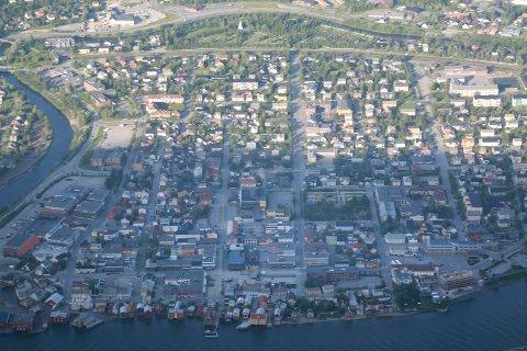 ARRANGEMENTSBY: Mosjøen sentrum fotografert fra Øyfjellet