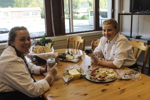 Kokk og servitør Rebekka Skog og Marthe Jacobsen.