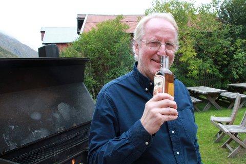 LUKTE, IKKE SMAKE: Eyvind Hellstrøm luktet litt på Kolekvinten Akevitt før han serverte kamskjell til seminargjester i Barthbrygga.