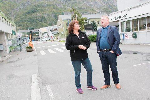 PARTIKAMERATER: Hanne Dyveke Søttar (Frp) fikk onsdag besøk av partifelle og fiskeriminister Per Sandberg. Sandberg mener at oppdrettsfisk fra Helgeland kan flys direkte til markedene i Asia fra Hauan.