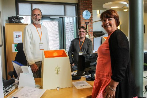 Valgansvarlig Rigmor Jenssen Leknes har en plan for tellingen mandag. Her sammen med valgfunksjonærene Asle Tveiti og Stephan Nordås.