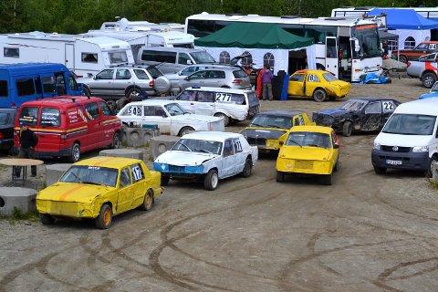 MYE GULT: De gule bilene til NMK Grane syns godt i bilparken. I helga er det hele 18 førere fra arrangørklubben  på Svenningdal motorstadion når Nordlandscupen kjøres.