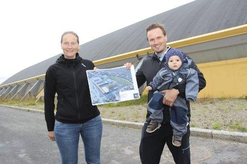 I 2015 var det også snakk om å bygge en ny hall i nærheten av Helgelandshallen. Anita Eliassen og Ken Tollaksen med sønnen Zakarias (10 mnd).