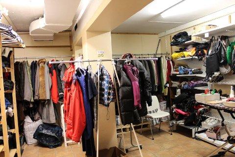 I kjelleren sorteres, vaskes, strykes og prises klær før de henges opp i butikken.