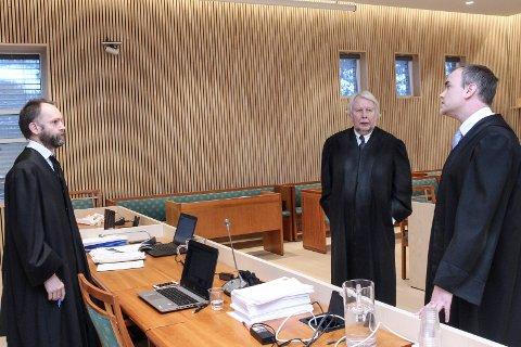 Bistandsadvokat Erik Vatne (t.v.), forsvarsadvokat Christian Wiig og politiadvokat Jonas Nerdal diskuterer hvordan de skal legge opp de tre dagene i retten.