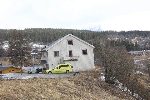 UTSATT: Styret i Helgelandssykehuset vedtok i 2016 å erstatte ambulansen i Hattfjelldal med en enmannsbetjent akuttbil. (Arkivfoto: Jon Steinar Linga)