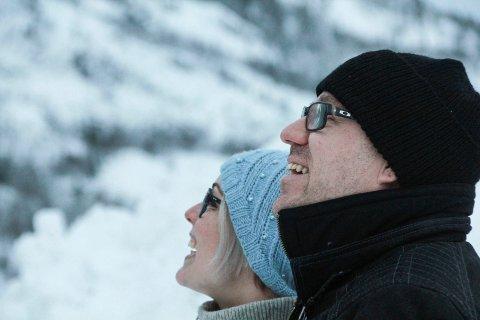 MULIGHETER: Rådgiver og saksbehandler Helge Lynghaug og leder for folkehelseenheten Anne Marit Almås Marken kikker opp mot Øyfjellet og ser mange  muligheter.