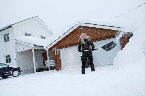 LEI: Beboer Kari-Mette Hansen i Storgata 14 på Olderskog har sett seg lei på det hun mener er dårlig kvalitet på kommunens brøyting i helgene. Her er hun fotografert utenfor sitt hus mandag formiddag.