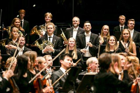 STORT: Andrea Moby Røreng fra Mosjøen (i midten) fikk torsdag spille konsert med symfoniorkesteret Oslo-Filharmonien. Moby Røreng ble i november i fjor tatt ut til å være med i prosjektet Ung Filharmoni